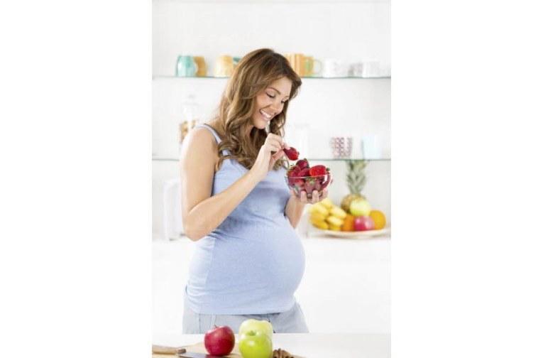 les-futures-meres-qui-consomment-six-a-sept-portions-de-fruit-par-jour-auraient-des-enfants-presentant-un-qi-plus-eleve-zoranm-istock-com-1464430081